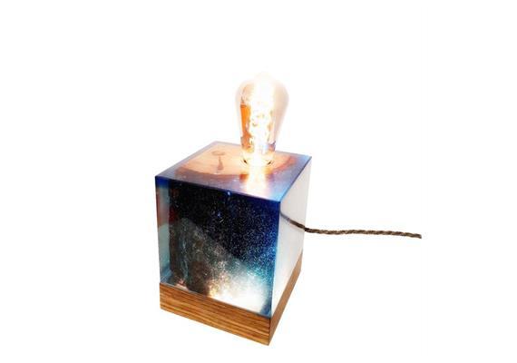 Epoxidharz Leuchte mit Nussbaumsockel